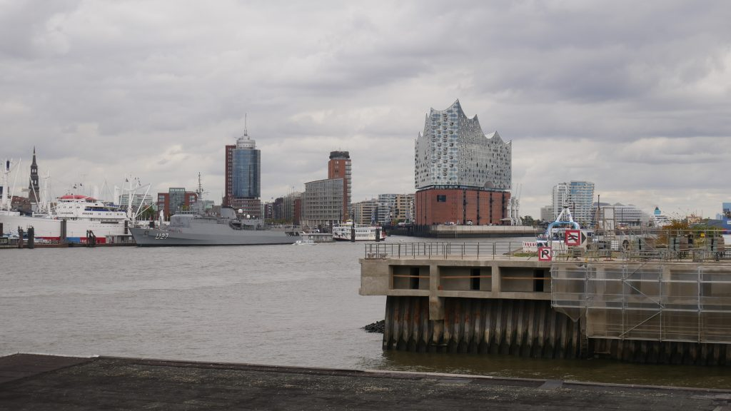 Panorama Hamburga z wizytówką miasta - Elbphilharmonie