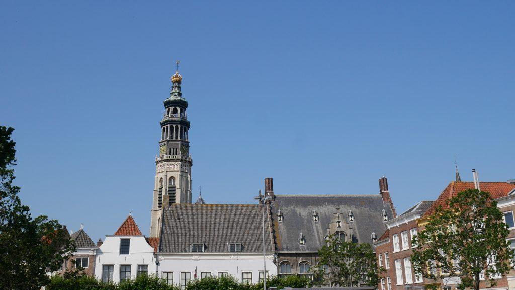 Widoczna z daleka wieża opactwa Middelburg, tzw. Lange Jan